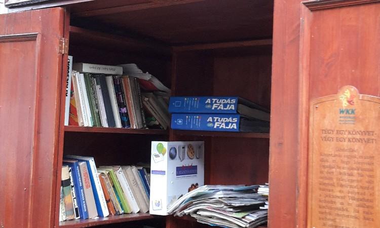 """""""Tégy egy könyvet - Végy egy könyvet!"""" utcai könyvcsere szekrény"""