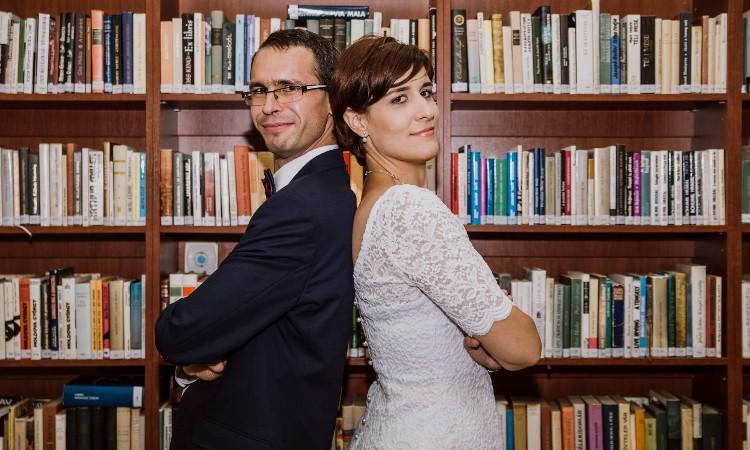 Esküvői fotózás a könyvtárban